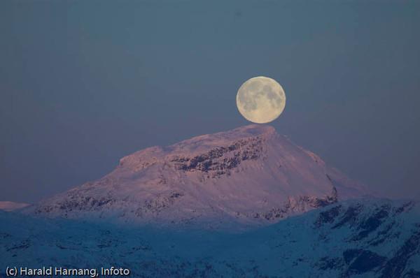 Månen over Leigasfjell, rett over Bjerkvik. Foto fra Ankenesstrand. (Ikke manipulasjon).