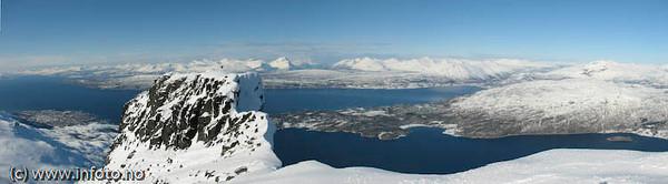 Tøttatoppen. Helt til venstre Narvik. Midt på Øyord. Foto: Trond Solberg.