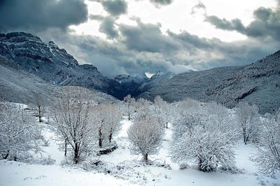 Nos despertamos en el albergue Añisclo, en Nerín, y esto fue lo que nos encontramos. Maravilloso espectáculo, hacía dos meses que no nevaba y ahí estuvimos para verlo.
