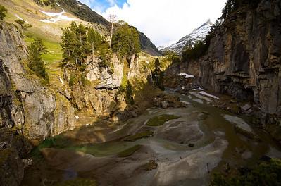 Forau dels Aigualluts, el agua de fusión del glaciar del Aneto se filtra en la tierra y desaparece por un sistema subterráneo hasta llegar al Valle de Arán, a doce kilómetros de esta entrada.