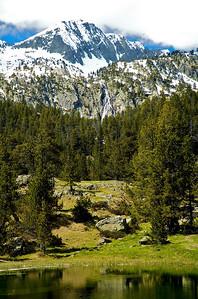 Ibonet de Batisielles. Ojo a la espectacular cascada que baja de la montaña.