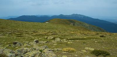 Por las crestas de Peñalara. Siete picos, próximo destino, al fondo a la izquierda.