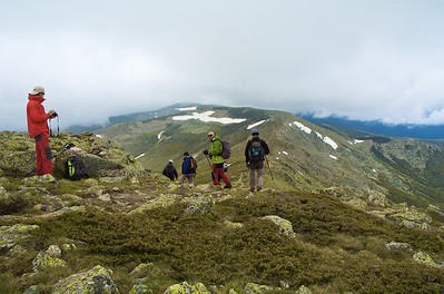 Bajando hacia el Collado de Valdemartín, al fondo el Cerro del mismo nombre (2278 m) y, más al fondo, Bola del Mundo (2268 m)