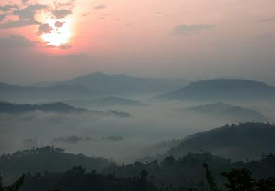 Tidig morgon i västra Rwanda, soluppgång och morgondimma