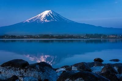 mt. fuji-sunrise-rokcs-and-lake