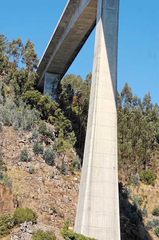 A ponte do IC8 entre as margens do Cabril.