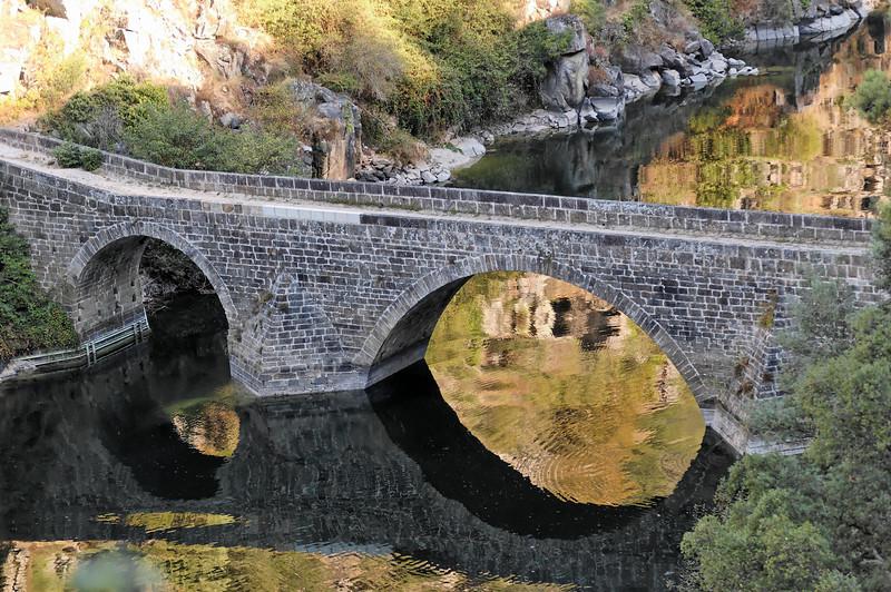 A ponte filipina foi mandada construir no século XVII, entre os anos de 1607 e 1610, para substituir uma ponte romana existente nas proximidades (ainda hoje existem alguns vestígios), situa-se a jusante da barragem do Cabril, tendo sido construída, segundo se crê, durante a dominação Filipina.<br /> Em tempos distantes, serviu de acesso para a antiga estrada que ligava Pedrógão Pequeno a Pedrógão Grande, atravessando o rio Zêzere.<br /> A ponte filipina, assente em três arcos, o maior dos quais com vinte e dois metros de vão e vinte e seis de altura, tem 72 metros de comprimento e foi toda construída com enormes blocos de granito.<br /> Esta ponte, considerada Monumento Nacional, foi até ao ano de 1954, data da inauguração da barragem do Cabril, o único elo de ligação com a povoação de vizinha de Pedrógão Pequeno e consequentemente com o Distrito de Castelo Branco.