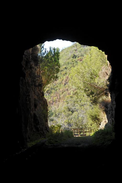 """Túnel de acesso à zona dos """"Moinhos das Freiras"""" vindo do estradão em terra batida nas margens do Cabril, isto é ao longo do Zêzere."""