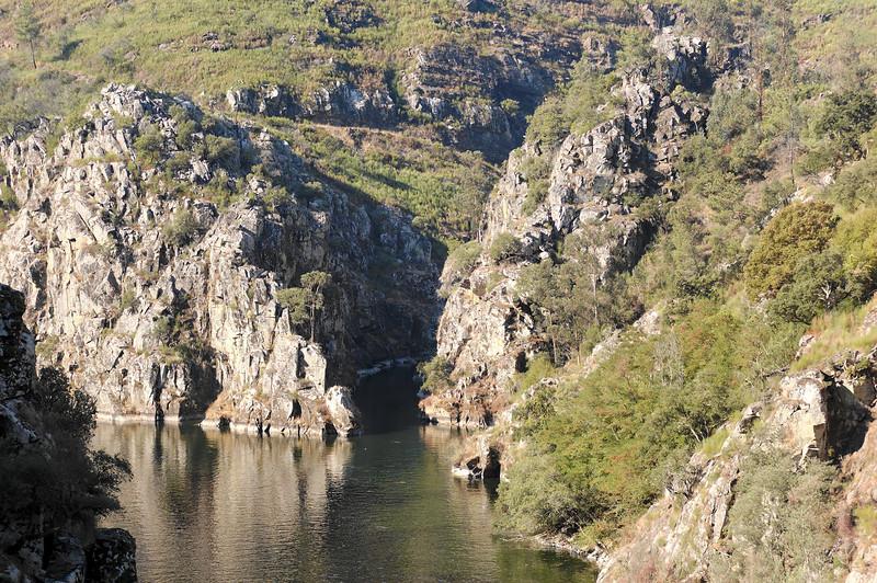 A ribeira de Pera alimenta o rio Zêzere.<br /> A ribeira de Pera é um tributário directo do rio Zêzere. Nasce na serra da Lousã aos 1180 m de altitude, num local designado Porto Ervideiro. Corre no sentido Norte-Sul em vales relativamente estreitos.