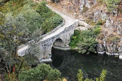 A ponte filipina foi mandada construir no século XVII, entre os anos de 1607 e 1610, para substituir uma ponte romana existente nas proximidades (ainda hoje existem alguns vestígios), situa-se a jusante da barragem do Cabril, tendo sido construída, segundo se crê, durante a dominação Filipina. Em tempos distantes, serviu de acesso para a antiga estrada que ligava Pedrógão Pequeno a Pedrógão Grande, atravessando o rio Zêzere. A ponte filipina, assente em três arcos, o maior dos quais com vinte e dois metros de vão e vinte e seis de altura, tem 72 metros de comprimento e foi toda construída com enormes blocos de granito. Esta ponte, considerada Monumento Nacional, foi até ao ano de 1954, data da inauguração da barragem do Cabril, o único elo de ligação com a povoação de vizinha de Pedrógão Pequeno e consequentemente com o Distrito de Castelo Branco.