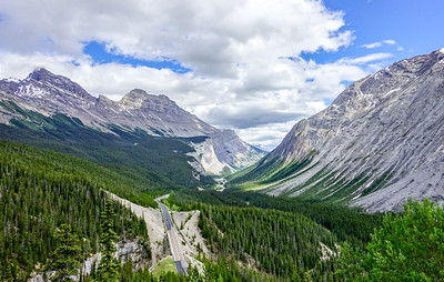 View over Icefields Parkway after Athabasca, eastbound. To the left, Cirrus Mountain.