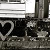 Sur un vieux bateau bat un coeur dessiné