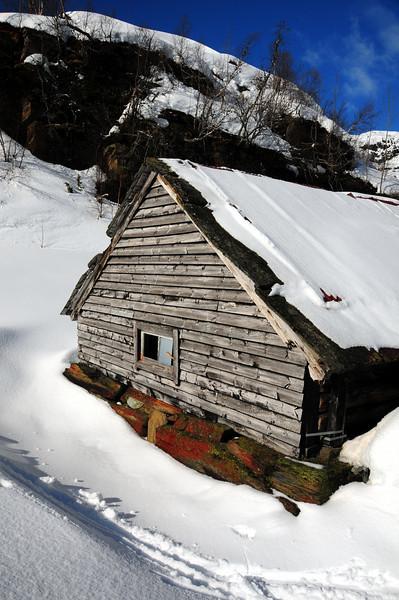 Gamalt stølshus...legg merke til dei fine fargane på grunnmuren..