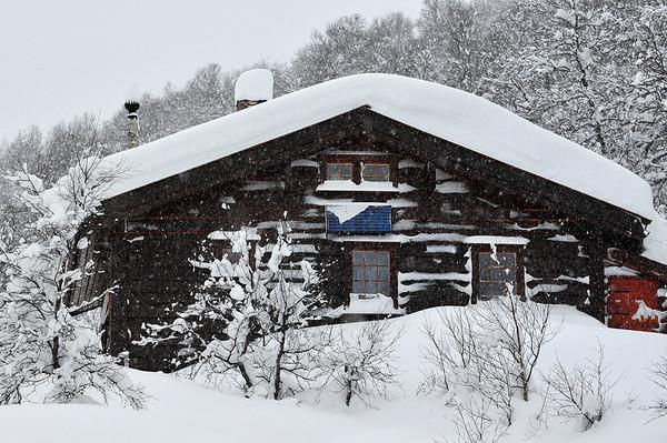 Hytta idag 13.01.2011..ca 90 cm snø..