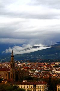 Le nuvole stanno passando fra le colline a bassa quota...