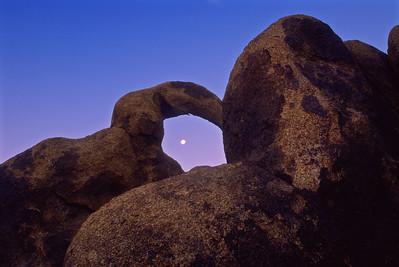 Moon setting, The Arch, Alabama Hills. 16_121300