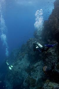 Divers descending Dirty Rock, Cocos