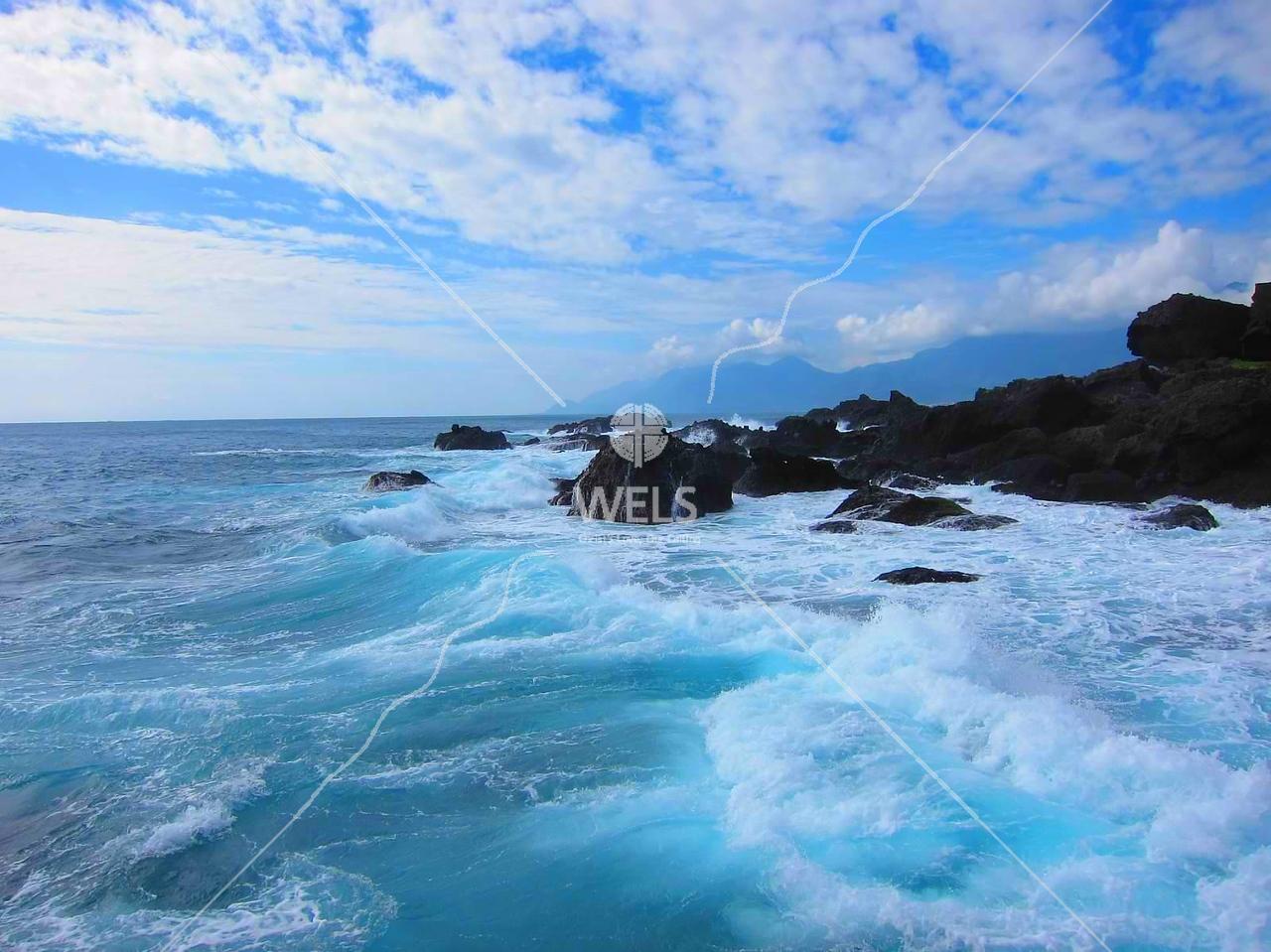 Foaming surf on east coast of Taiwan by kstellick