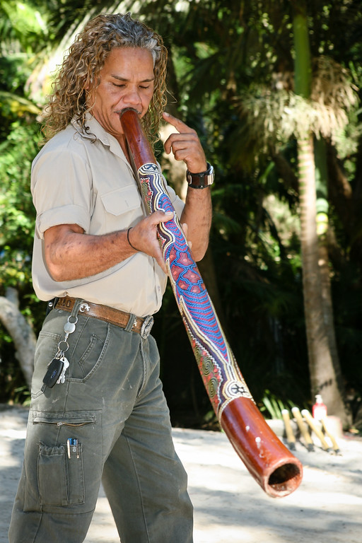 "Didgeridoo Slideshow with audio here: <a href=""http://smu.gs/QZugEE"">http://smu.gs/QZugEE</a>. Graham gives a Didgeridoo Presentation - Currumbin Wildlife Sanctuary 29-4-09."