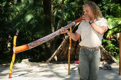 Didgeridoo Slideshow with audio here: http://smu.gs/QZugEE. Graham gives a Didgeridoo Presentation - Currumbin Wildlife Sanctuary 29-4-09.
