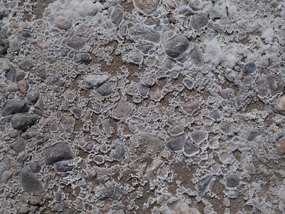 Evaporative salt deposits around pebbles