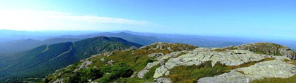 "Panorama vers l'ouest à partir du sommet (""Chin"") du Mont Mansfield (Vermont). Panorama looking west, from the Chin of Mount Mansfield (Vermont)."
