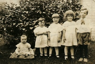 1917 Family picture: Eileen, Gert, Marge, Odile & Ray