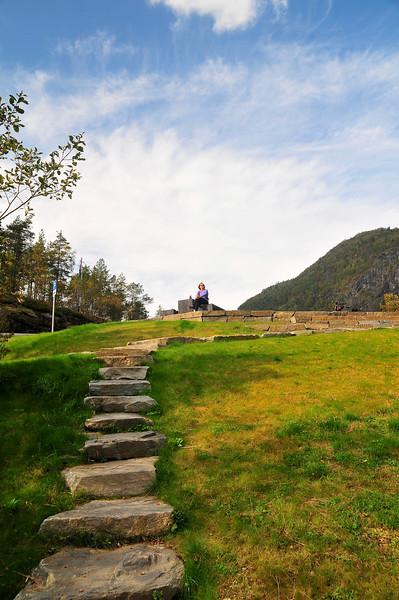 Frå toppen av skjervefossen kan ein gå heilt ned til fossen på steintrepper