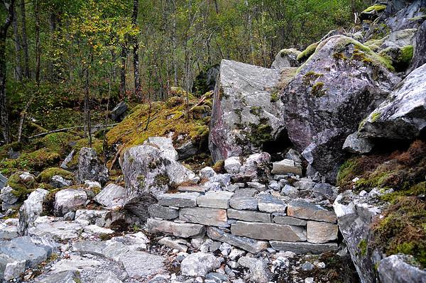 Murer og trepper bygd av skjerpaer