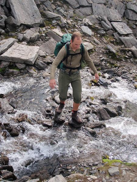 John konsentrerer seg når han krysser strie vassdrag i fjellet ;)