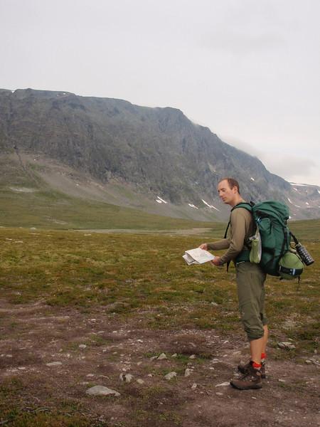 Vi er ved et veiskille og kartleseren studerer kartet (med stil, selvfølgelig). Vi hadde selvfølgelig nytt kart og kompass for anledningen :)
