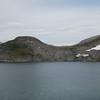 Ca en tredjedel av dagsetappen er unnagjort, og vi har kommet oss opp på høyfjellet. Her ser vi en del av Kamtjønnin ca 1150 moh.