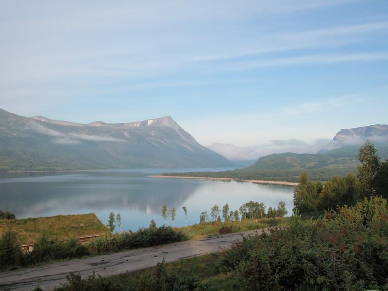 Slik så det ut ved starten på gåturen ved Gjevilvasshytta, ca. kl 0800. Her Gjevilvatnet med diverse fjell (Okla?) i bakgrunnen. Vi gikk mot høyre på bildet.