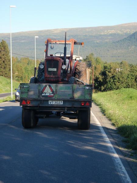 Silje bare <i>måtte</i> ta dette bildet av en traktor på en henger bak en annen traktor, for å vise pappa Odd :) På vei tilbake til Oppdal fra Gjevilvasshytta.