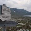 Sånn omtrent på grensa mellom Sør-Trøndelag (Oppdal) og Møre og Romsdal (Surnadal) er det et veiskille. Vi går videre mot Trollheimshytta (og nå starter snart nedturen, på flere vis...)