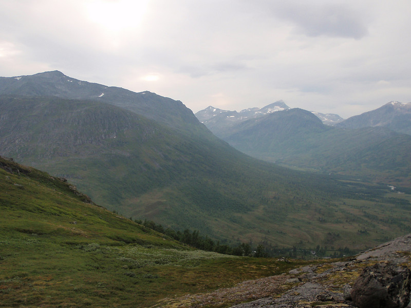 Utsikten nedover mot dalen der Trollheimshytta ligger. Flotte fjell rundt på alle kanter.