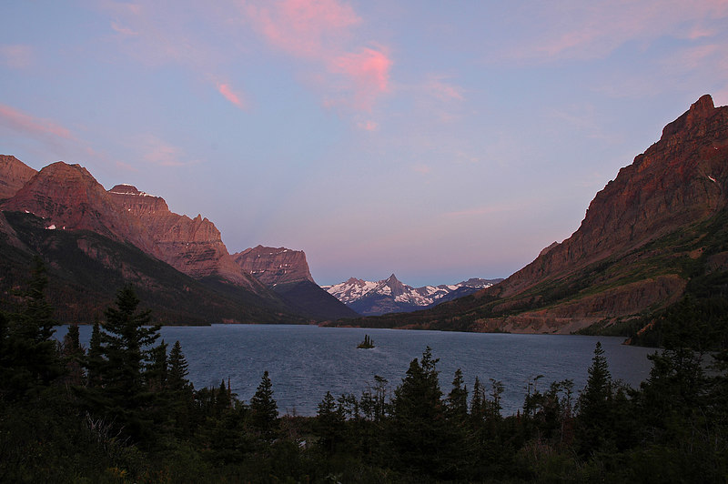 Sunrise at Wild Goose Island turnout at St Mary Lake