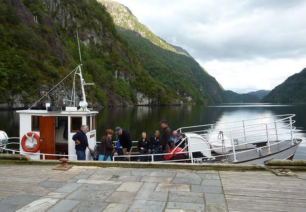 Klokka vart 19.00 når me reiste med båten ut Fuksesundet..
