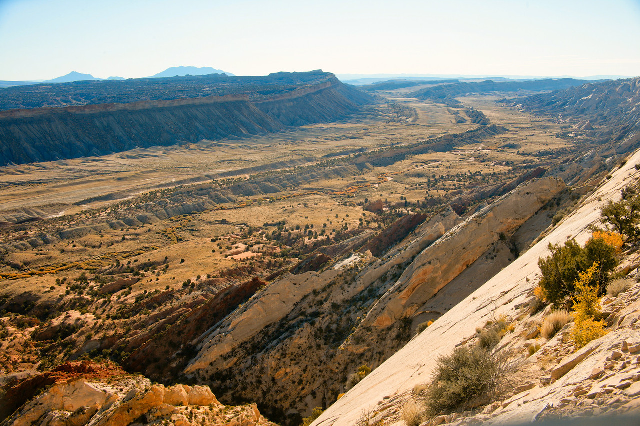 Looking south, the Waterpocket Fold from the Strike Valley Overlook.
