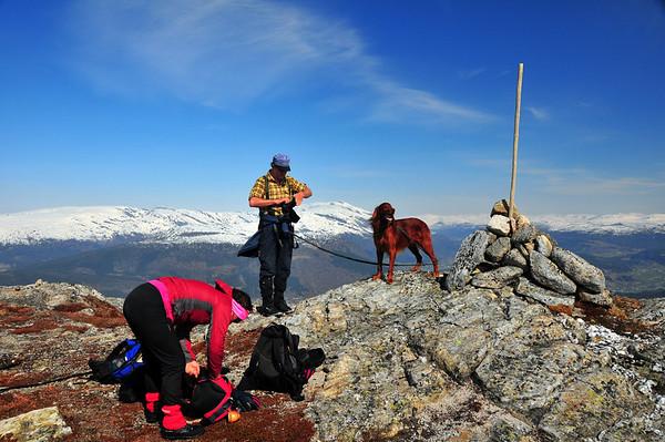 På veg over Gråsida 25.april 2009. Pust i bakken då me nærma oss toppen...