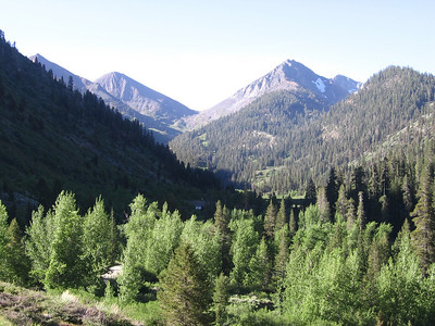 """View to south from just above trailhead. Farewell Gap is the obvious low spot; Vandever Mountain is the peak just to the right, featuring a snowfield dubbed by some as the """"Bearskin Patch."""""""