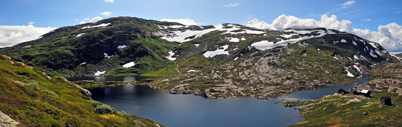 Panoramabilde over Øvra Kvålsdalsvatnet med stølar...