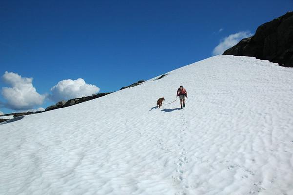 Her ber snøen til midten av Juli...