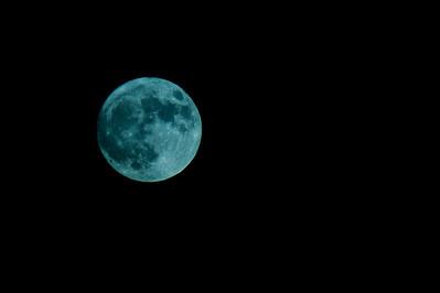 """Superkuu. Kuva on otettu 840 mm:llä... :-) Sitä ei ole yhtään rajattu! Valkotasapainon asetuksen, """"hehkulamppu"""" takia kuva on melkein mustavalkoinen...  Super Moon. , Pihlajamäki, Helsinki 2012. I used 840 mm objective... :-) I didn't crap at all."""