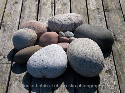 Kiviä ja vanhaa puuta - Stones and old wood