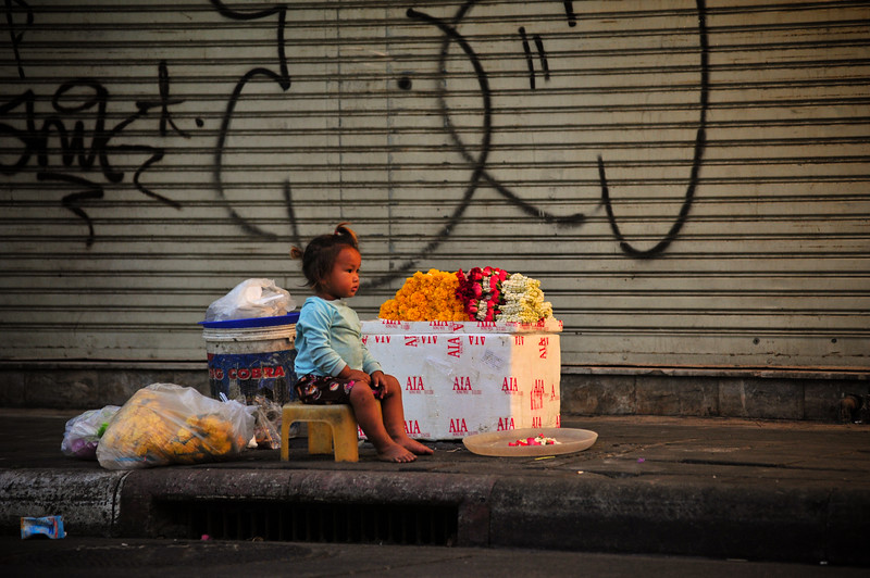 Little girl in the street, Bangkok (Thailand).