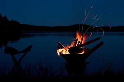 """""""Blaue Stunde"""" am Lagerfeuer in Schweden  """"Blue hour"""" at a campfire in Sweden  mehr dazu im Blog: Reiseziele in Schweden"""
