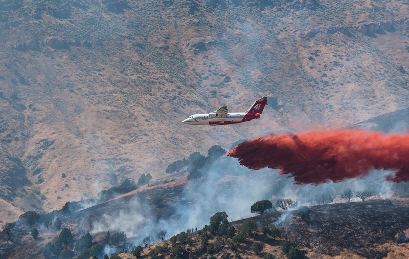 Neptunes BAe-146 drops 3,000 gallons of retardant