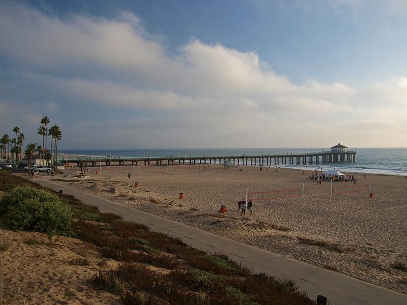 The bike path and beach at Manhattan Beach Pier, CA. Looking south southwest across the Santa Monica Bay towards Palos Verdes Peninsula. Olympus E-3 & 14-54 lens at 14 mm, ISO 100, f/5.6, 1/125 sec.