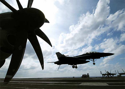 """An F/A-18 E/F Super Hornet assigned to the """"Red Rippers"""" of Fighter Attack Squadron One One (VFA-11) approached the flight deck for an arrested gear landing aboard the Nimitz-class aircraft carrier USS George Washington (CVN 73)."""